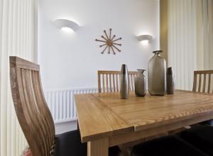 Welche Vorteile hat ein Esstisch aus Massivholz?