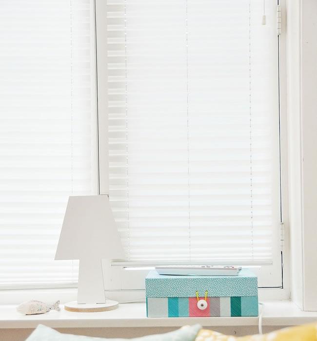 fensterdeko mit zusatznutzen es lebe das plissee. Black Bedroom Furniture Sets. Home Design Ideas