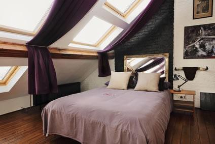 Schlafzimmer Mit Bett An Der Dachschräge