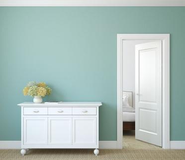 Weißes Sideboard Vor Wand In Pastellfarbe